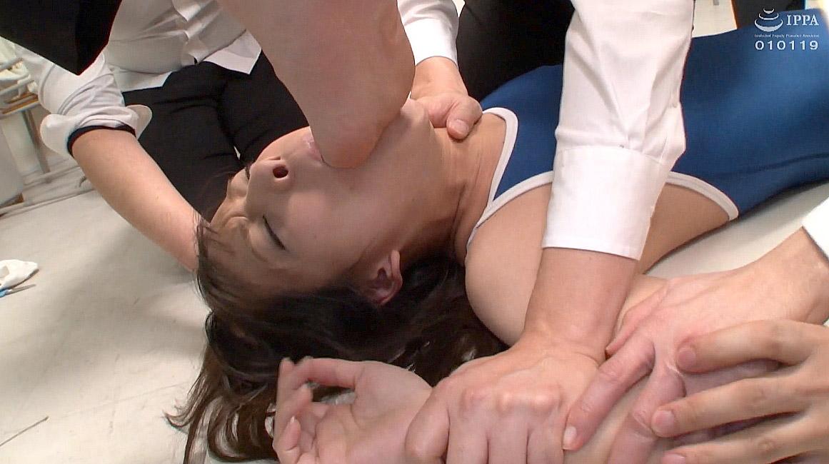 惨め 足指を舐めさせられる女(足指を舐める女) あべみかこ AV女優画像 -SMJP
