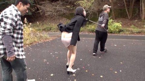 SM野外露出調教、バイブを突っ込まれ、首輪とリードでつながれて野外を歩かされる惨めな女のAVエロ画像、川菜美鈴 -SMJP