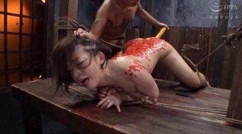 髪の毛を鷲掴みに掴まれ、引っ張られ、縛られた上に陰部にこん棒を突っ込まれるM女のSM調教画像 麻里梨夏-SMJP