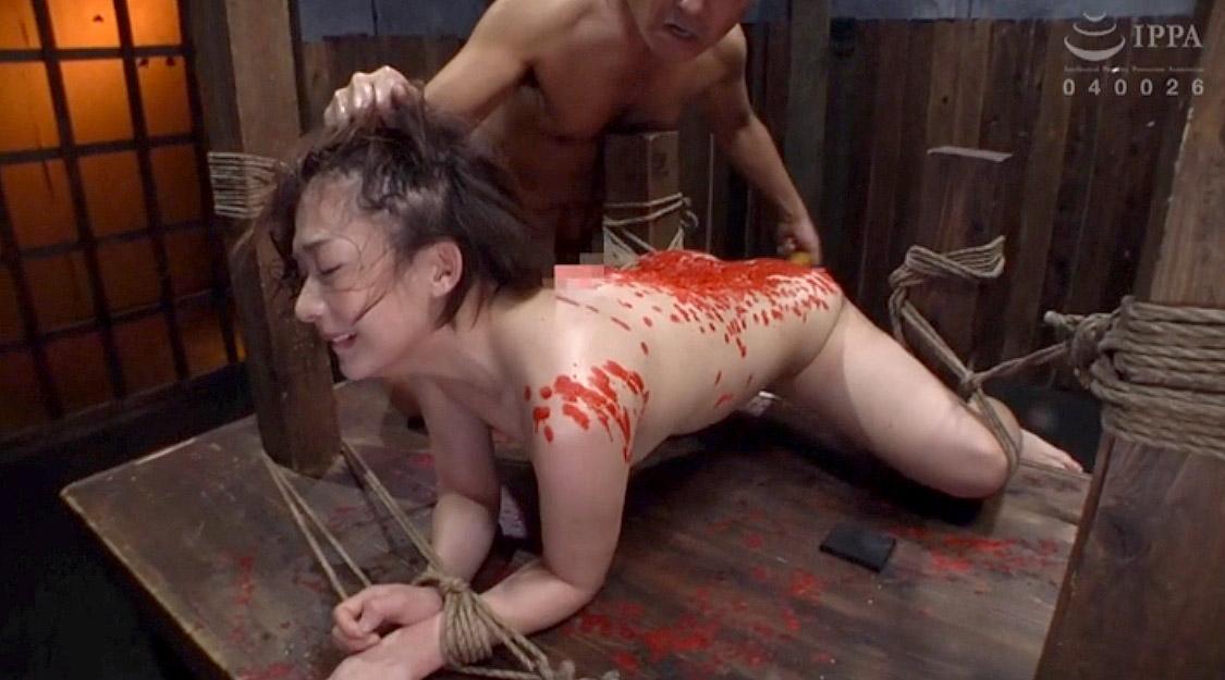 髪の毛鷲掴みで引っ張られて、異物挿入でこん棒をねじ込まれるM女のSM調教画像 麻里梨夏-SMJP