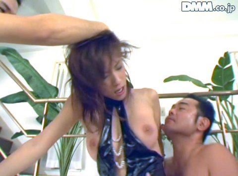 屈辱、乱暴に買鷲掴みにされて髪を引っ張られる女のエロ画像 立花里子-SMJP