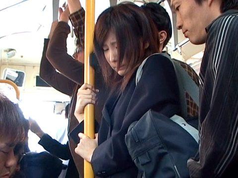 車内で痴漢にあい 困り顔で耐える女 秋元美由/SMJP