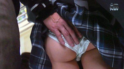 痴漢にスカートをめくられ尻を触られる女の画像 相沢みなみ-SMJP