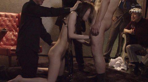 全裸で人前で仁王立ちフェラをさせられる女の画像 相沢みなみ-SMJP