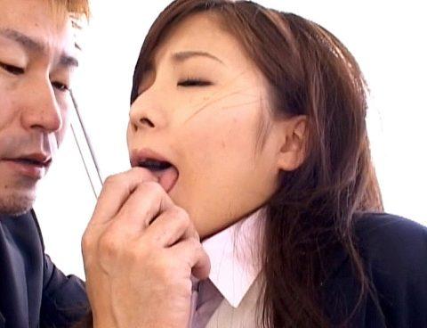 舌を掴まれ口を弄ばれる女 秋元美由のエロ画像/SMJP