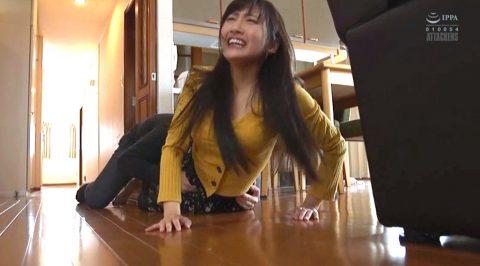 襲われて逃げ惑う女のエロ画像、強姦AV画像 自宅で襲われる女のエロ画像 榎本美咲-SMJP