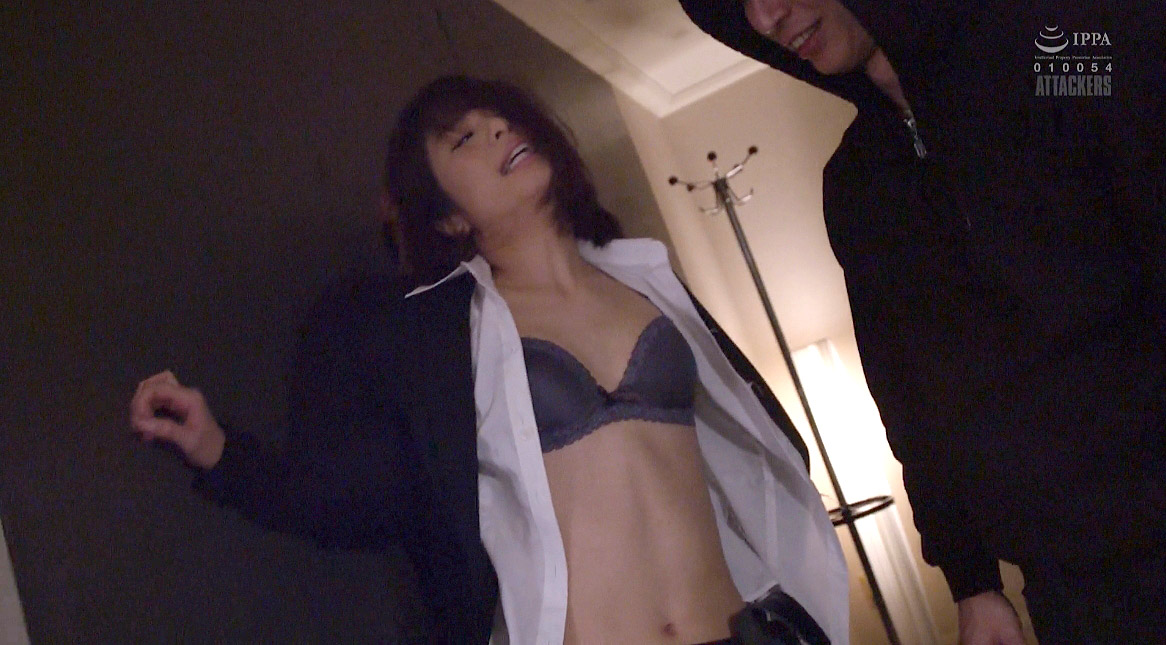 服を破られる女、服を破られて追い詰められる女のセクシー画像 川上奈々美/SMJP