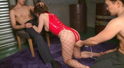 屈辱のフェラ画像椅子に座る男に跪いて奴隷フェラする女 小西悠/SMJP