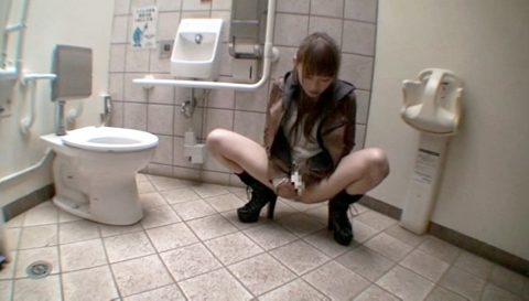 惨めな女のエロ画像、公衆便所でオナニーを強要される女 小西悠/SMJP