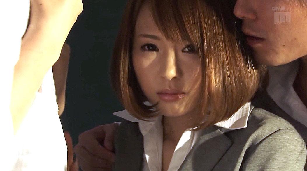 スーツ姿で困り顔の女 小西悠/SMJP