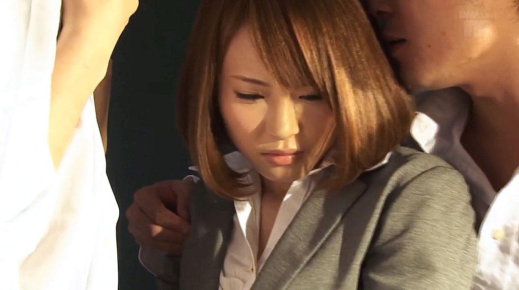 男たちに迫られ脅されるスーツ姿のOL女 小西悠のエロ画像/SMJP