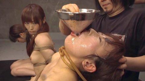 強制飲尿画像。SM調教 拘束姿で人前で強制飲尿させられる女の画像 美咲結衣/SMJP