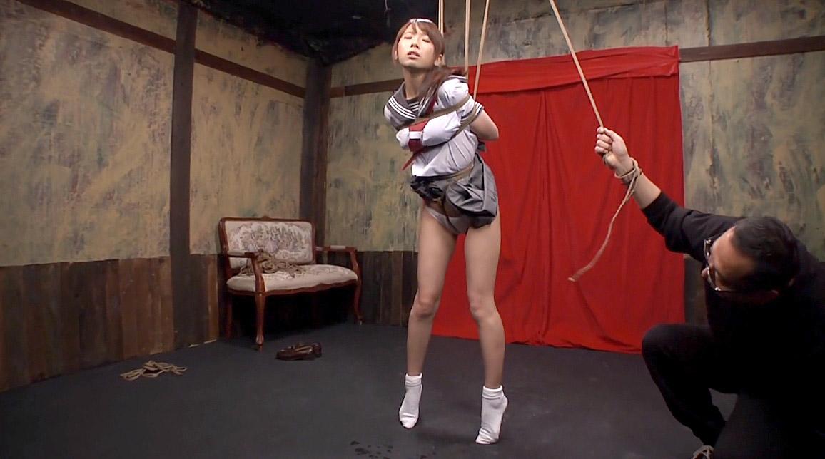 緊縛SM調教吊り責めSM調教で股縄を爪先立ちになるまで引き上げられて吊り上げられる女 美咲結衣/SMJP