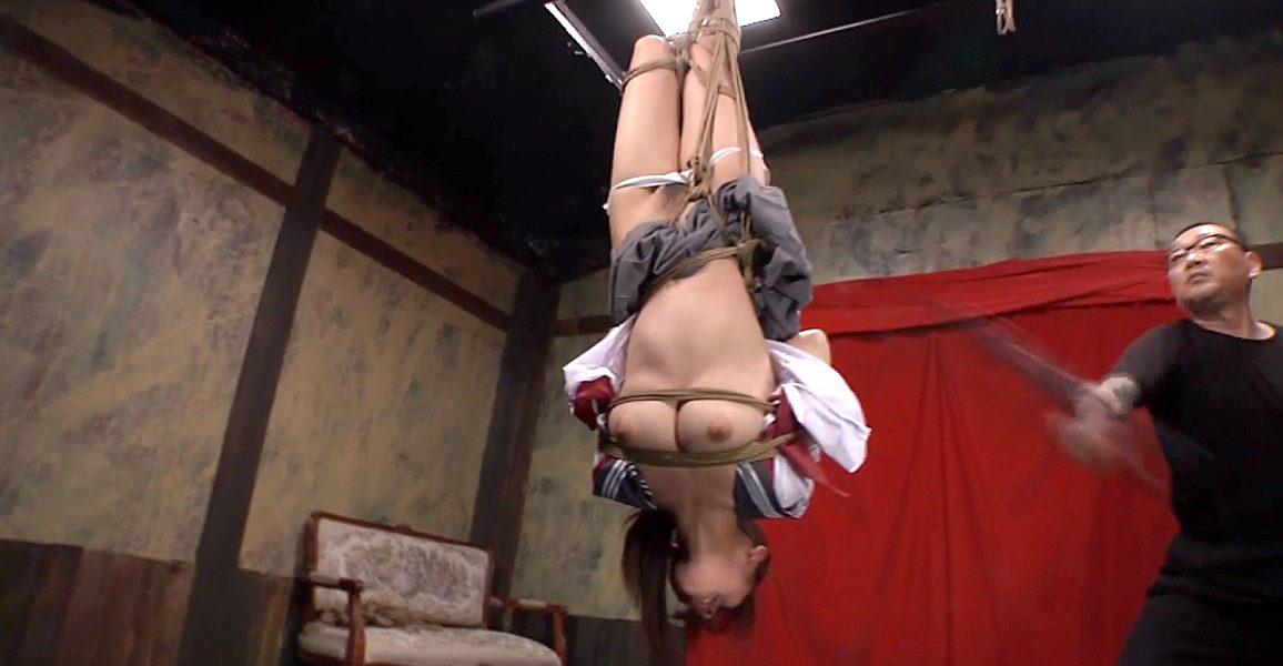 逆さ吊り鞭打ち調教、逆さ吊りにされて鞭打たれる女 美咲結衣/SMJP