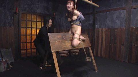 拷問SMされる女、三角木馬に乗せられて足に重りをつけられる女 美咲結衣/SMJP