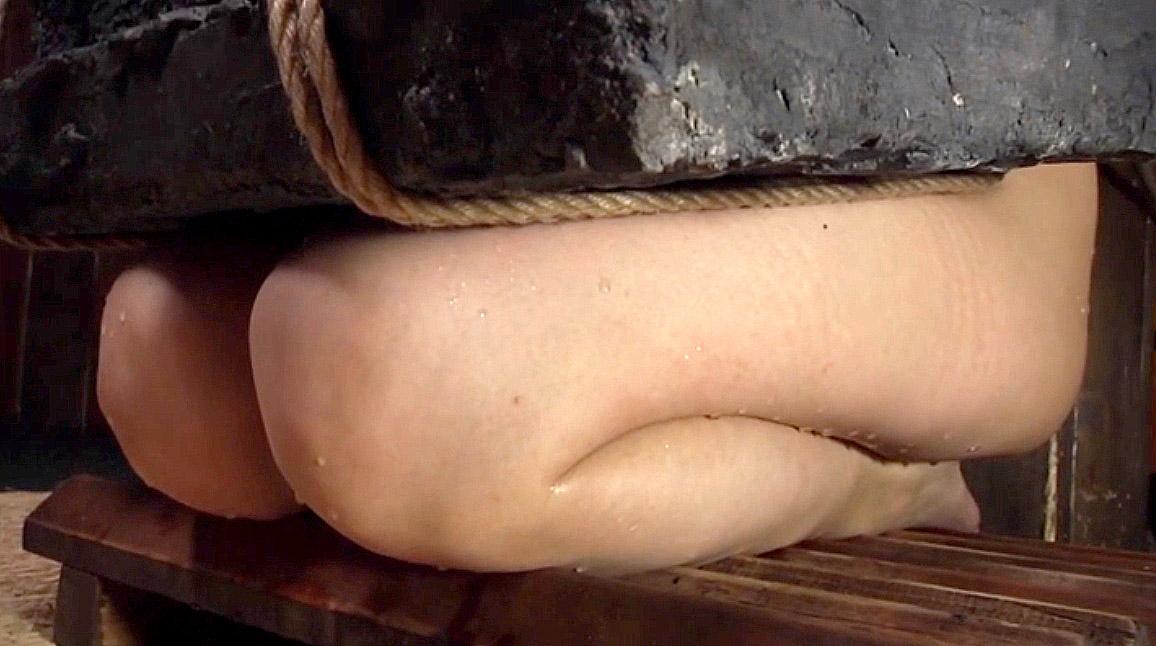 拷問SM、石抱き拷問責めで三角すのこの上に正座させられる女 美咲結衣/SMJP