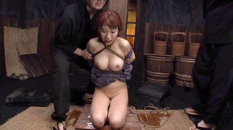 SM拷問調教、激痛の三角すのこ正座、石抱き責めに顔を引きつらせて耐える女 美咲結衣/SMJP