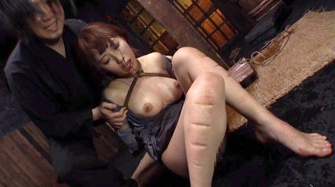 残酷拷問SM、残酷に足に食い込んだ石抱き責めの痣が痛々しい女 美咲結衣/SMJP