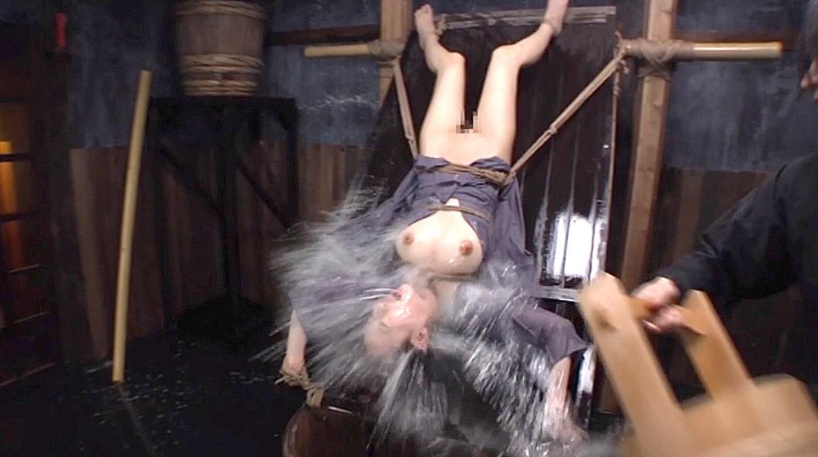 水責め拷問SM画像水責め拷問でバケツの水を叩きつけられる女 美咲結衣/SMJP