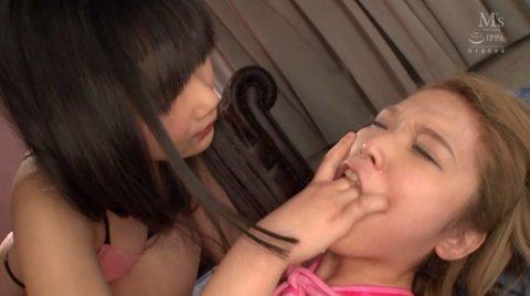 口に指を突っ込まれ指イラマチオさせられる女の画像 椎名そら-SMJP