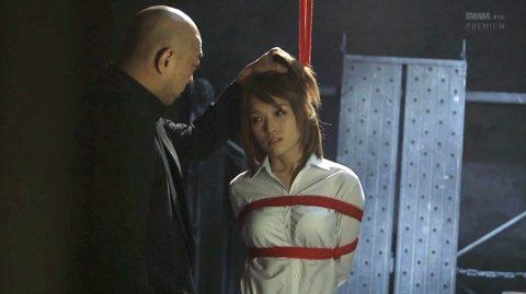 髪の毛鷲掴みにされて抑圧され情けない表情になる女のSM画像 椎名そら-SMJP