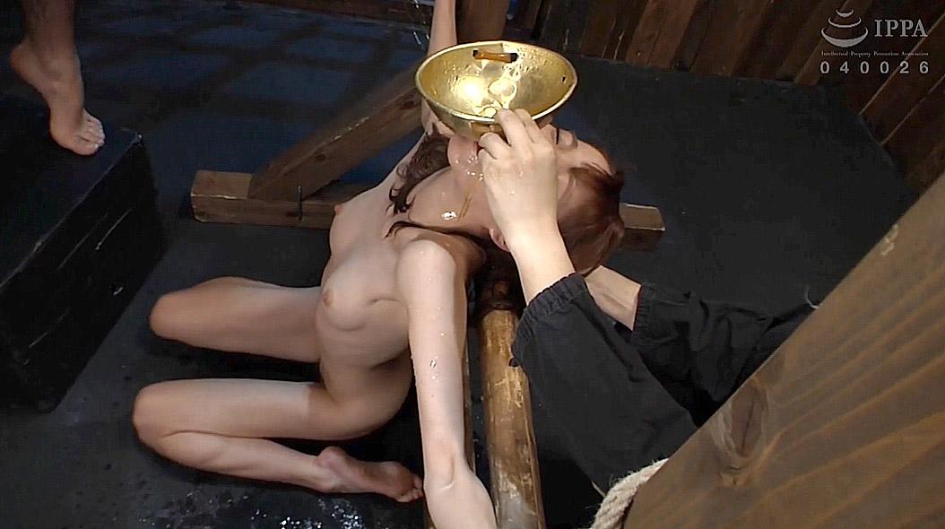 全裸正座画像、全裸正座でSM拘束されて尿を飲まされる女の画像 涼川絢音