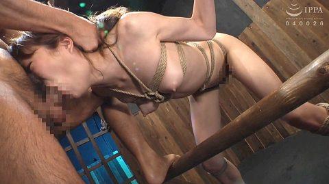 SM拘束フェラ画像、全身をSM拘束で縛られてフェラチオをさせられる女の画像 涼川絢音