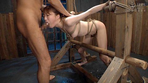 屈辱フェラ画像、SM拘束されて屈辱のフェラ強要される女の画像 涼川絢音