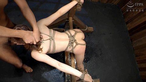 SM拘束イラマチオ画像、ガチガチに拘束されて強制イラマチオさせられる女 涼川絢音