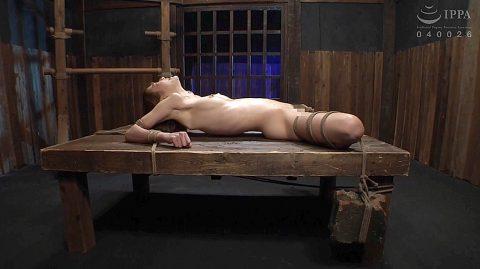 拷問緊縛されるスレンダー美女画像、SM拷問緊縛され肋骨を浮き出すスレンダー美女 涼川絢音
