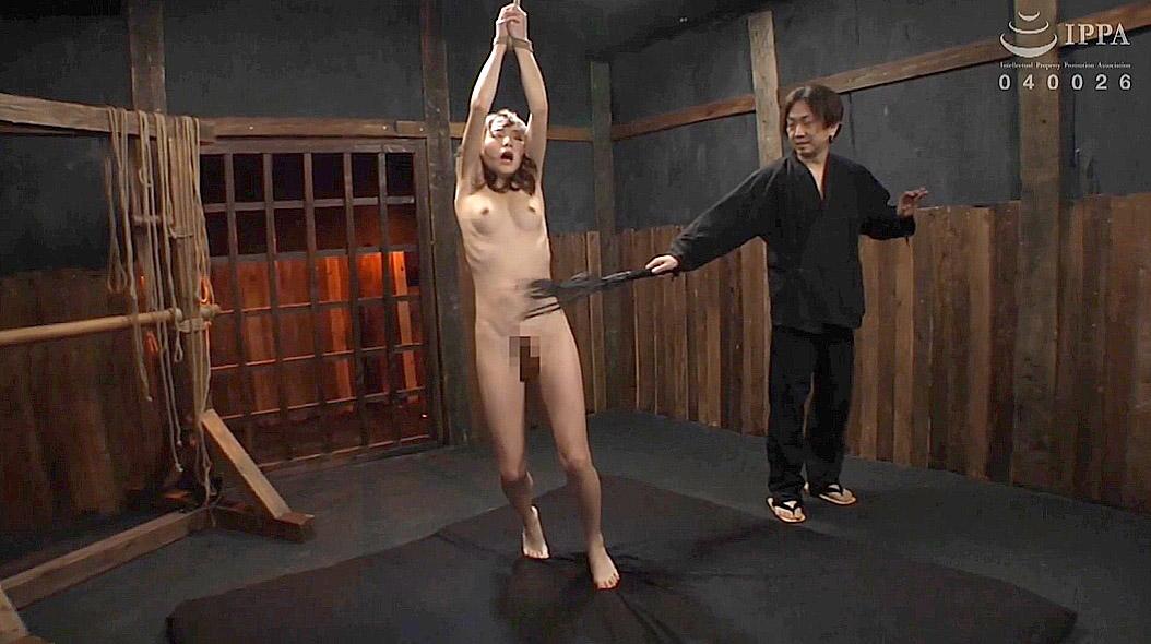 鞭責め調教画像、肋骨を浮き出させて鞭打ち調教を受けるスレンダー美女 涼川絢音