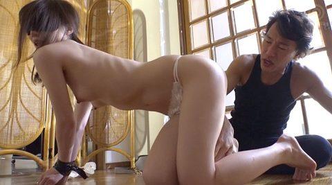 全裸四つん這い画像、目隠しされて全裸四つん這いにさせられる女の画像 鈴村あいり