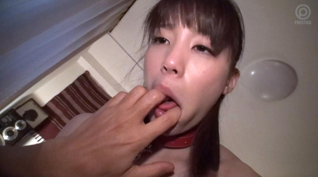 指フェラ画像、口に指を突っ込まれてかき回して弄ばれる女のみじめ画像 鈴村あいり