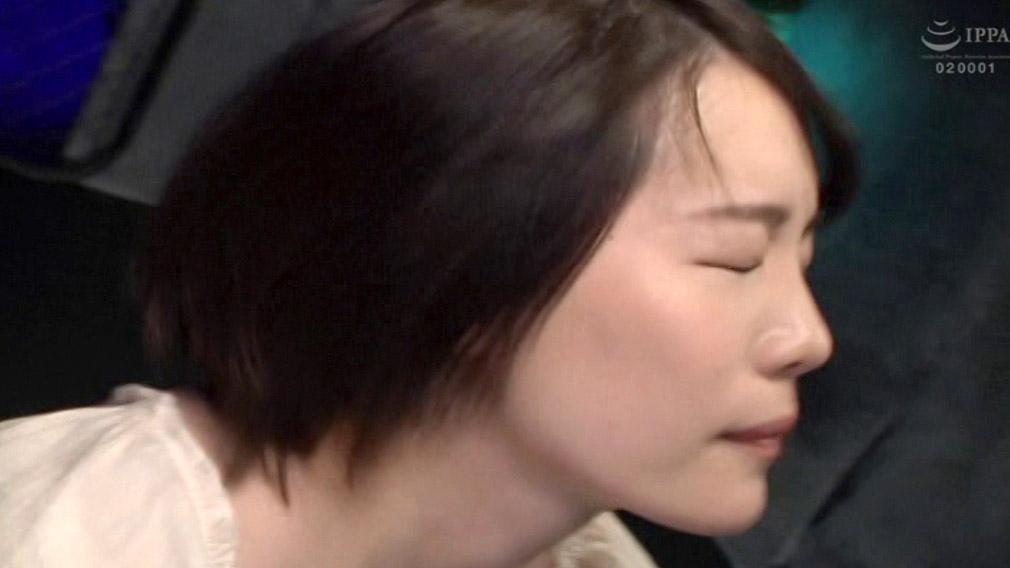 ビンタAV画像、強烈な往復ビンタに耐えるドエムなAV女優 鈴村あいり