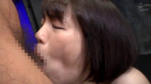 自ら喉奥深くまで咥え込むフェラチオをする女の画像 鈴村あいり