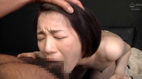 フェラ画像、苦しい表情で正座してイラマチオをさせられる女の画像 鈴村あいり