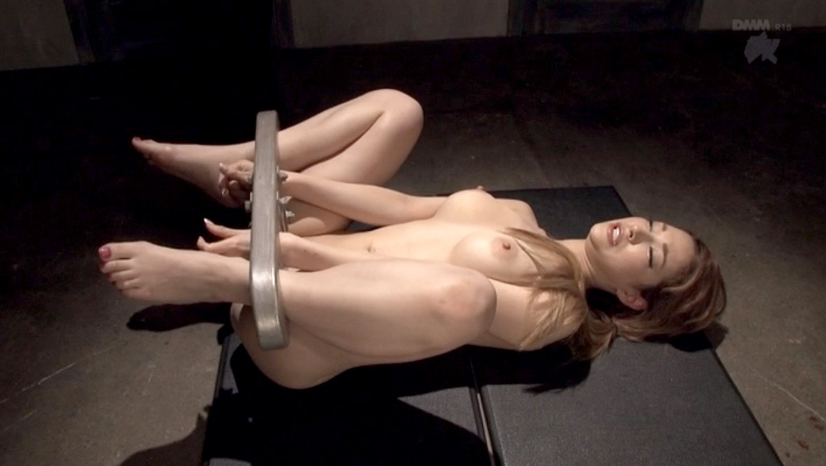SM調教全裸大股開きに拘束される女の画像 ティアーSMJP