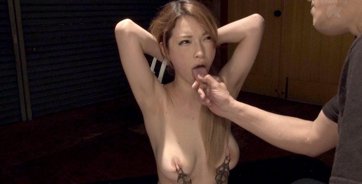 舌を引っ張られる女のエロ画像。痛々しい乳首責めされて惨めに虐げられる女の画像 ティアーSMJP