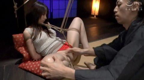 SM緊縛調教画像、M字開脚に縛られて 内腿をスパンキングされる女の画像 浅見せな