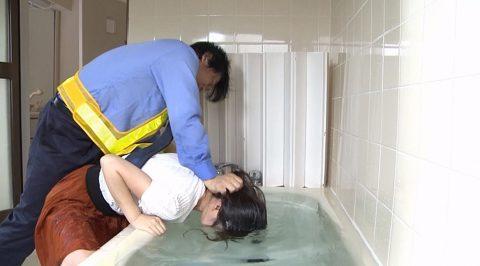 水責めされる女の画像、服を着たまま水に押し込まれて水責めを受ける女の画像 浅見せな