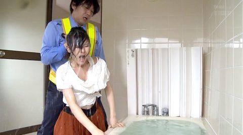 水責め画像、風呂桶の水に沈められて水責めされる女の画像 浅見せな