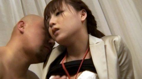 スーツ姿のまま性的暴力を受け呆然とする女 あずみ恋