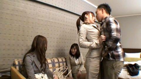OLセクハラ画像、同僚の前でセクハラを受けるスーツ姿のOL女の画像 あずみ恋