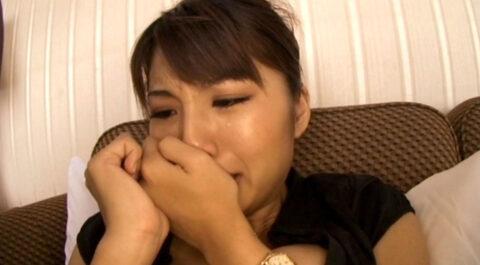 エロい女の泣き顔画像、強烈なビンタを連発されて涙を流す女の画像