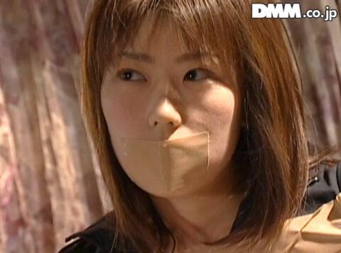 口にガムテープを張られる女、口にガムテープを張られて囚われる女の画像 笠木忍