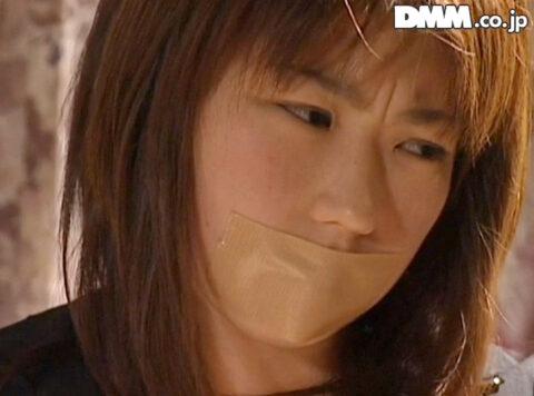 口にガムテープを張られる女、口にガムテープを張られて監禁される女の画像 笠木忍