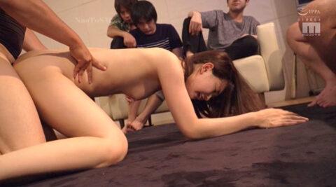 人前で公開で犯される女の画像、大勢の不良の前で全裸四つん這いで公開で犯される女の画像 美谷朱里