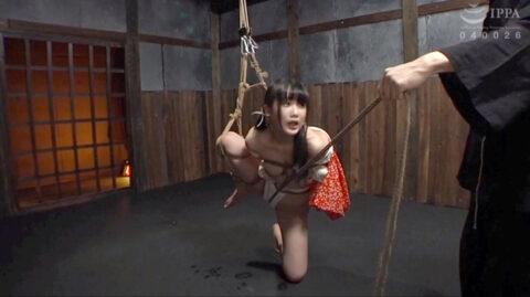 SM緊縛画像、片足吊りにされて股縄を引かれて躾けられる女の画像 宮崎あや