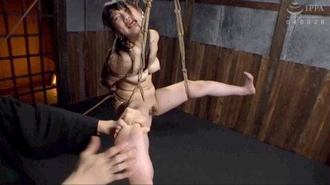 激痛SM拷問画像、地味に激痛の親指筋伸ばしの拷問SMをされる女の画像 宮崎あや