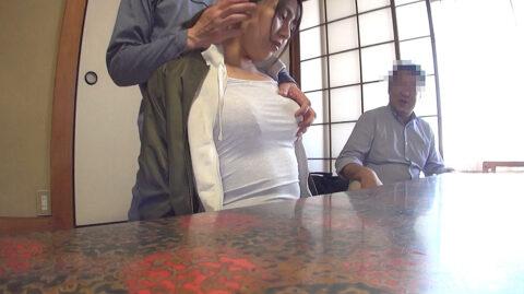 服のまま弄ばれる女の画像、服の上から胸を揉まれる女の画像 中尾芽衣子